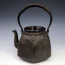 Ryubundo iron kettle replica( large), designed mountain sceneries and a Japanese poem, with sound metal, nearly 2.5L, No.tb149